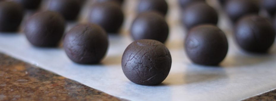 Round Cake Pop Balls made by the Easy Roller